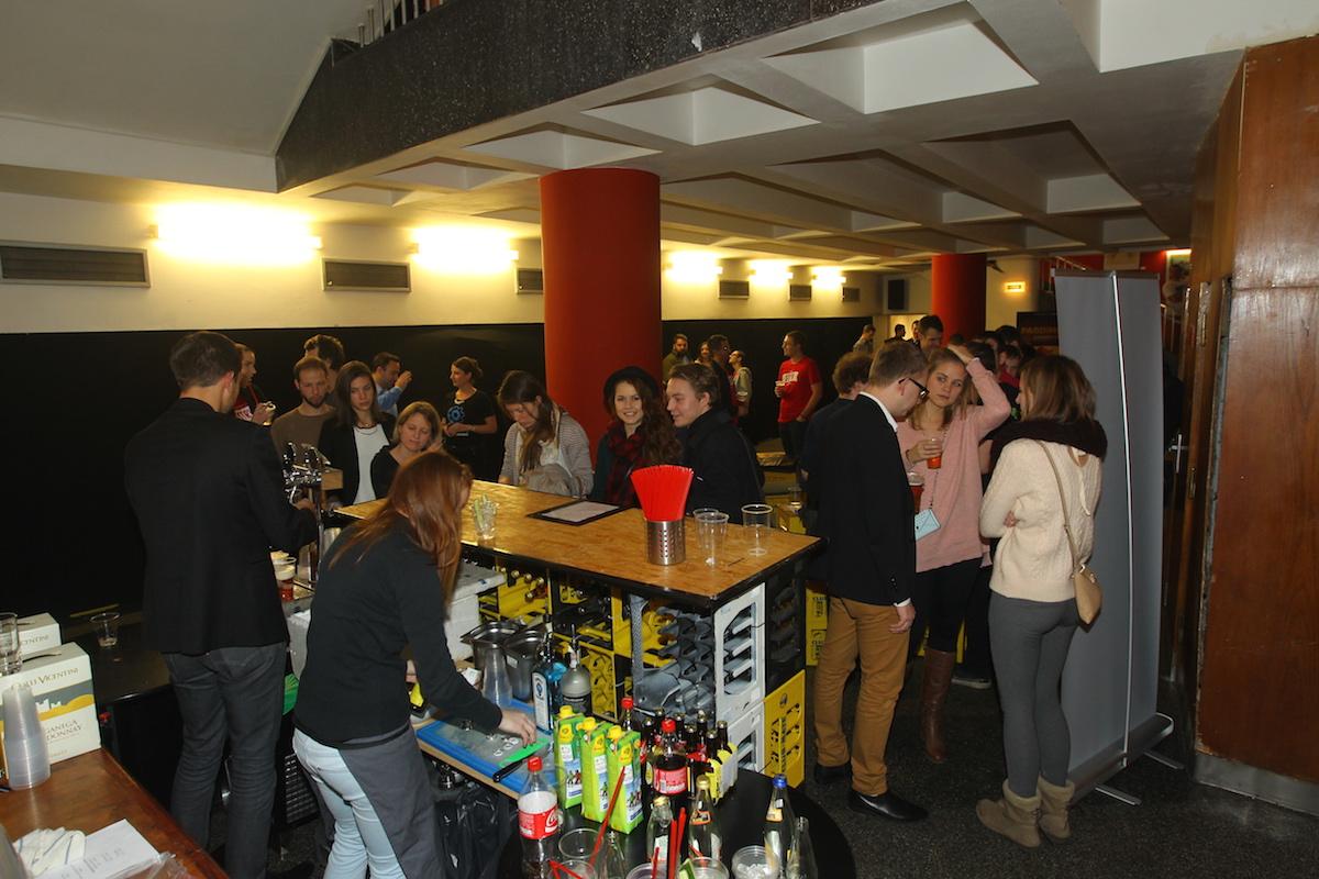 Studio Strv nechalo v předsálí otevřít bar. Foto: Tomáš Pánek