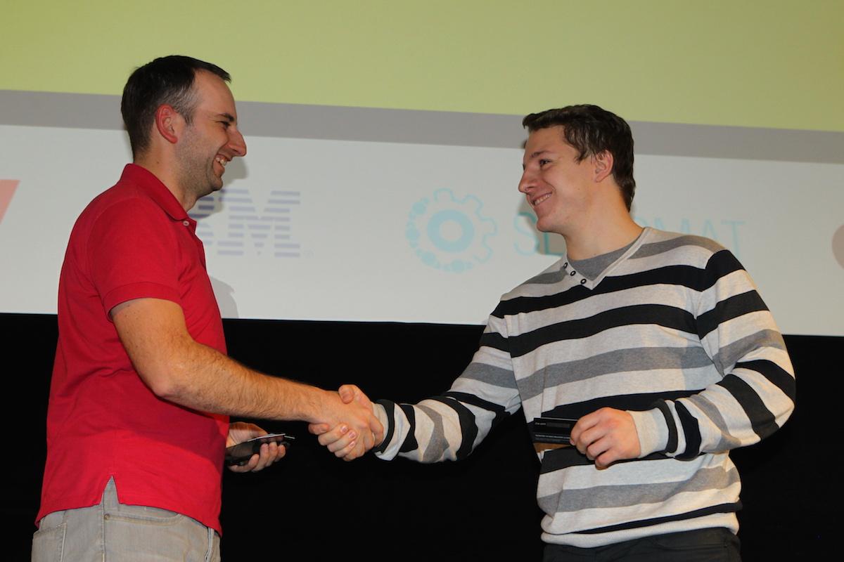 Čerstvý šéf vývojářů Slevomatu Michal Bilka obdarovává tipujícího. Foto: Tomáš Pánek