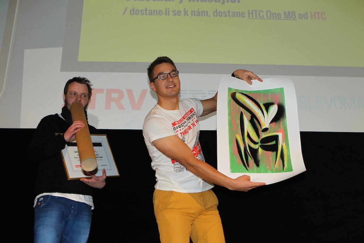 Médiář daroval vítězi Martinovi litografii Lukáše Orlity. Foto: Tomáš Pánek