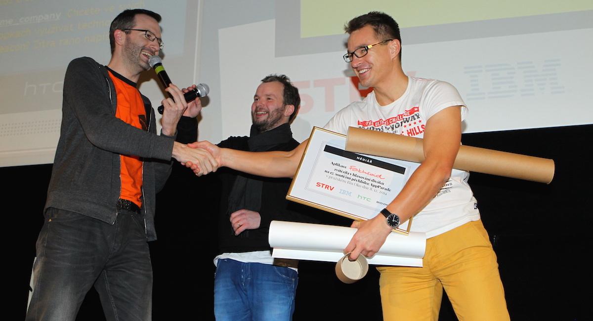 Martin Půlpitel přijímá gratulace a ceny za vítězný Fakturoid. Foto: Tomáš Pánek