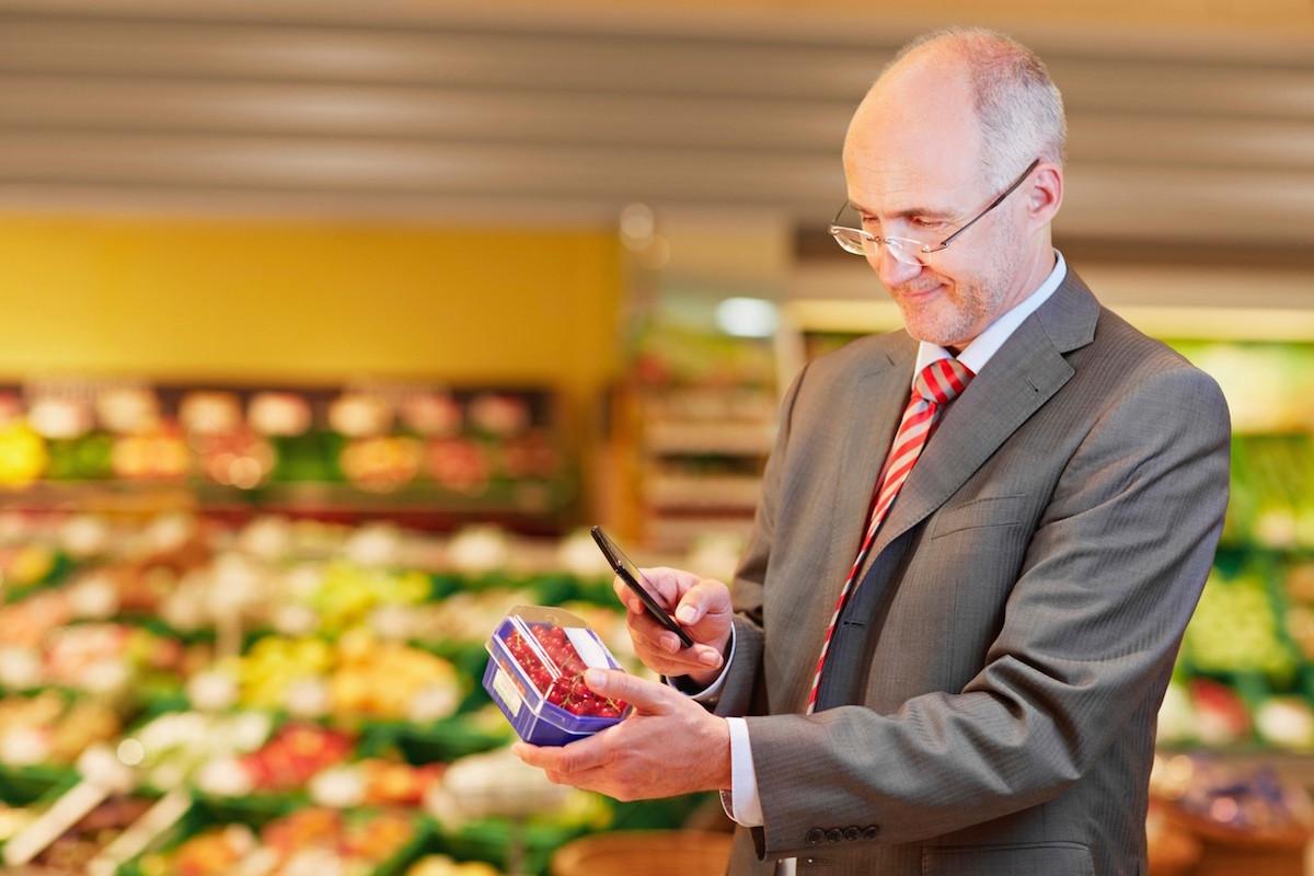 Mobilní telefon slouží jako jako kontrola i usnadnění toho, co vidíme a dozvídáme se v obchodě. Foto: Profimedia.cz