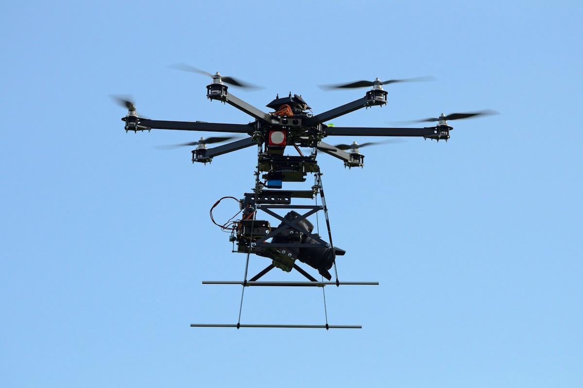 Dron, bezpilotní létající objekt, unese kameru a vidí leckam