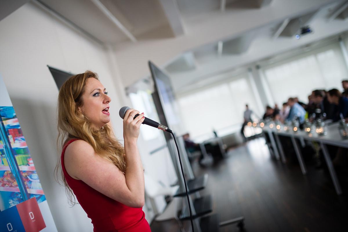 Vystoupení Symbia doprovodila pěvkyně