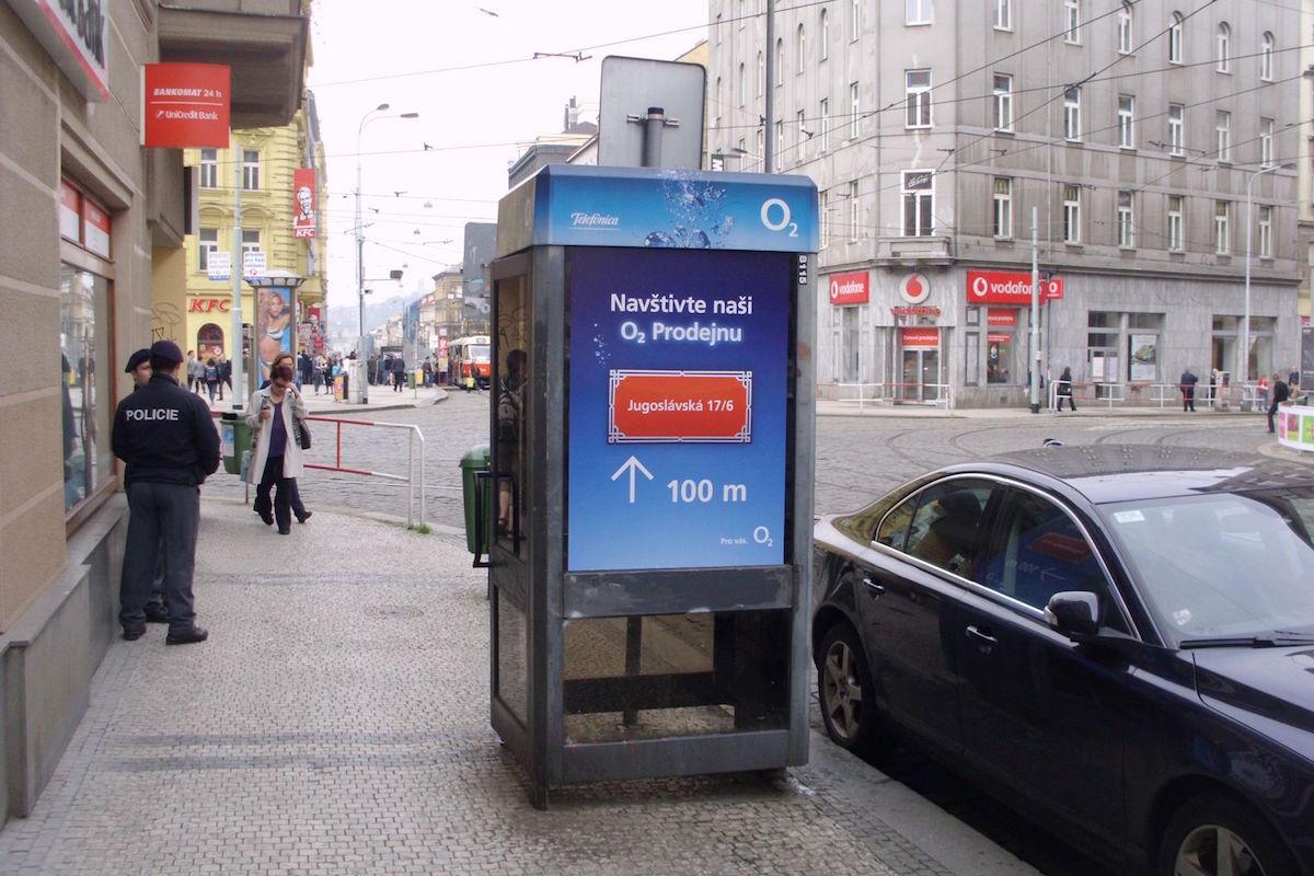 Reklama na telefonní budce O2. Repro: photoboxadvert.cz