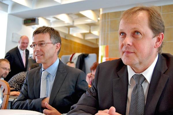 Za výsledky obchodního oddělení České televize stojí jeho ředitel Hynek Chudárek (vlevo), který před dvěma a půl lety bojoval s šéfem ČT Petrem Dvořákem o místo generálního ředitele. Snímek ze září 2011