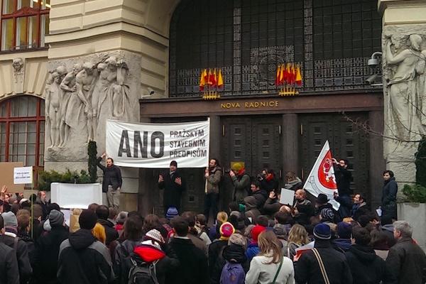 Před radnicí Prahy demonstrace za nové stavební předpisy