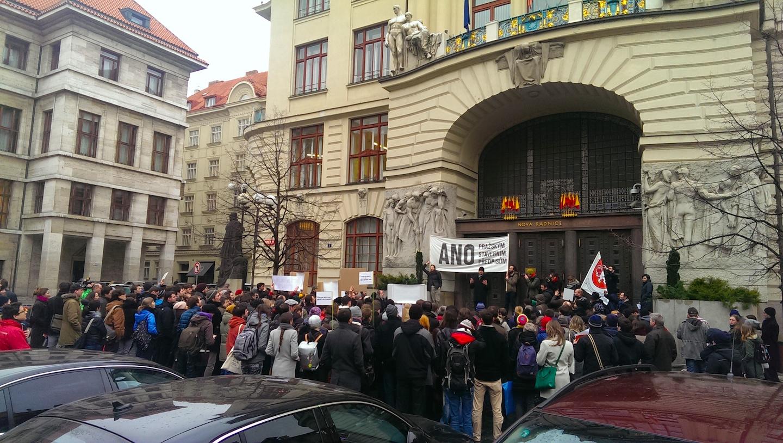 Demonstrace před pražským magistrátem, hovoří Pavel Hnilička, který na stvaebních předpisech pracoval