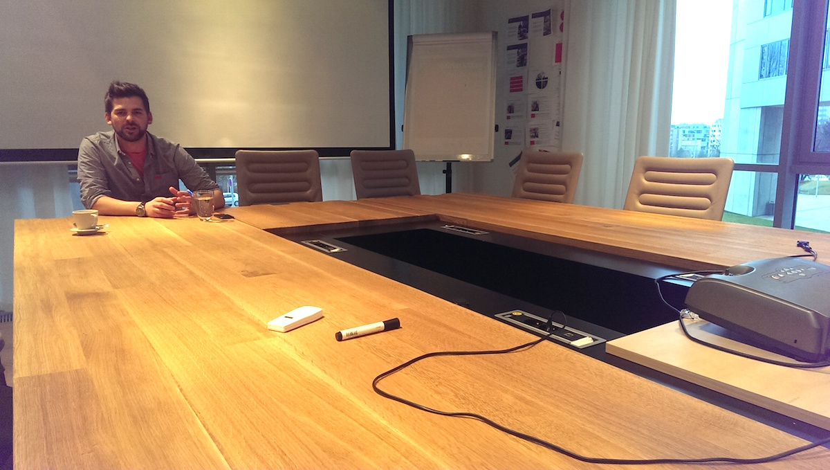 Jan Galgonek v kancelářské budově Na hřebenech, u stolu, který v prostorách zůstal po předchozím nájemníkovi Kit Digital