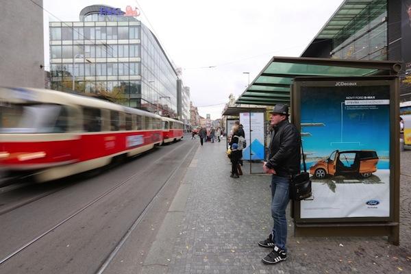 Reklama na zastávce v režii JCDecaux. Foto: Profimedia.cz, MF Dnes + LN