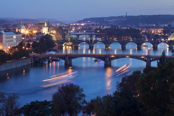Praha bude nátěrem chránit stožáry lamp proti plakátům