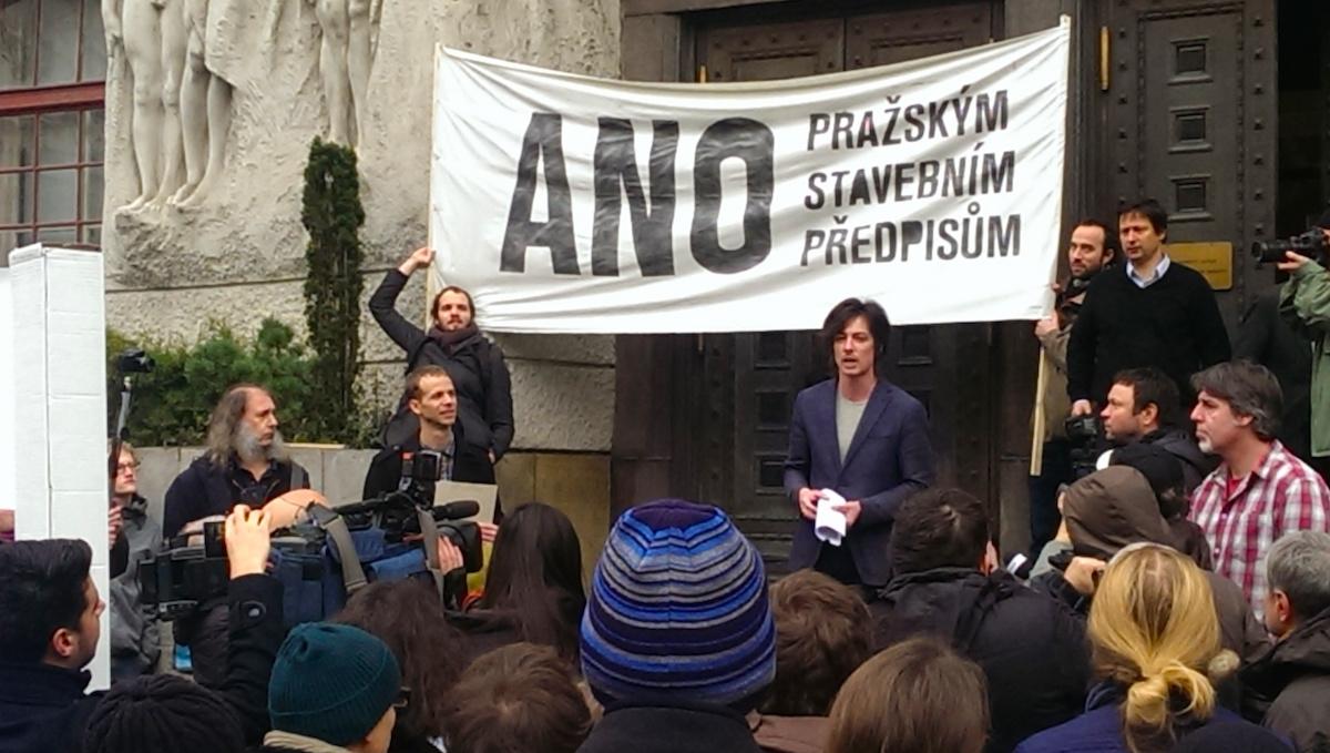 Na demonstraci před pražským magistrátem promluvil i náměstek primátorky Matěj Stropnický