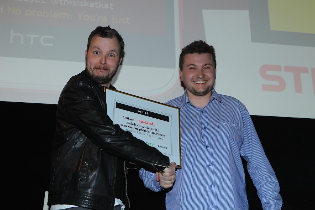 Vítěz osmnácté AppParade Lukáš Jezný přijímá gratulace od Marka Prchala. Foto: Tomáš Pánek