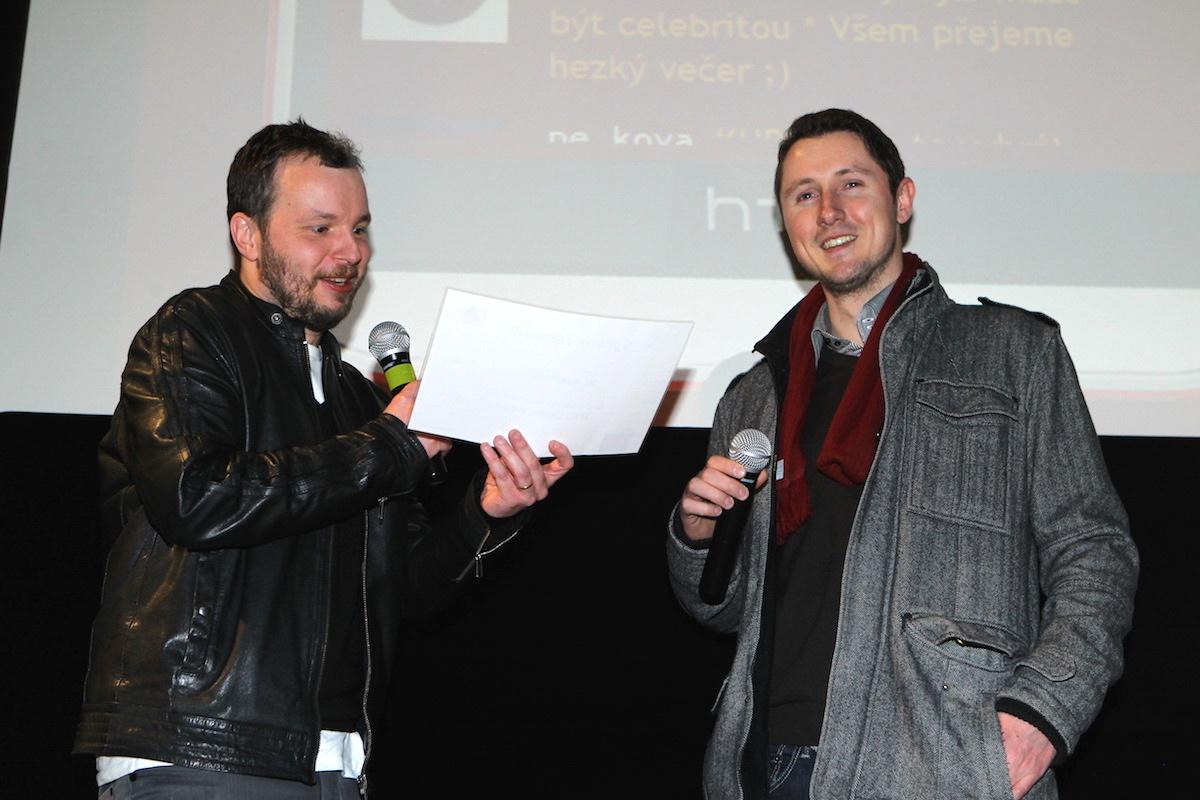 Hlasující Jaroslav Lehoučka si odnesl HTC Desire Eye. Foto: Tomáš Pánek