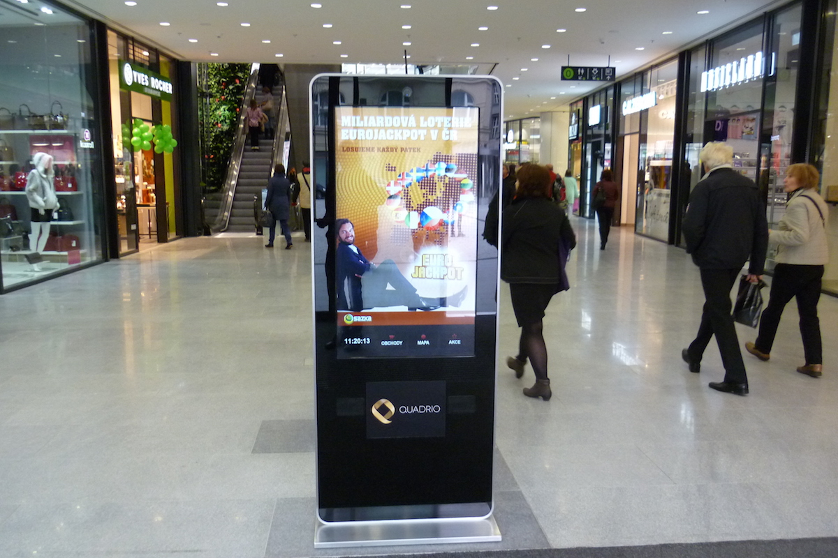 Interaktivní panel Face Up Media v obchodním centru Quadrio na Národní