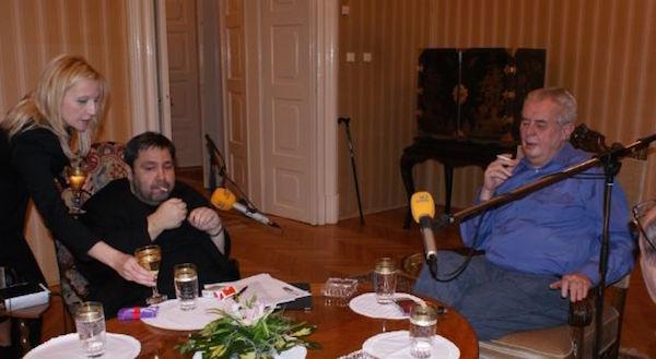 Autentická atmosféra v Lánech začátkem ledna 2015 při prvním Prezidentskem Pressklubu. Na fotografii s prezidentem Zemanem moderátor Luboš Xaver Veselý. Foto: Frekvence 1