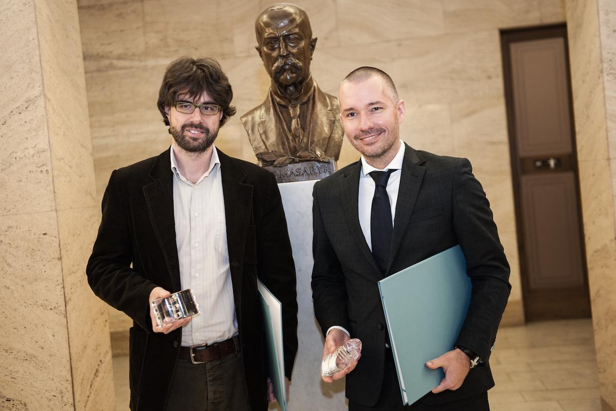 Petr Třešňák (vlevo) a Martin Veselovský při přebírání Peroutkovy ceny. Foto: Petr Neubert