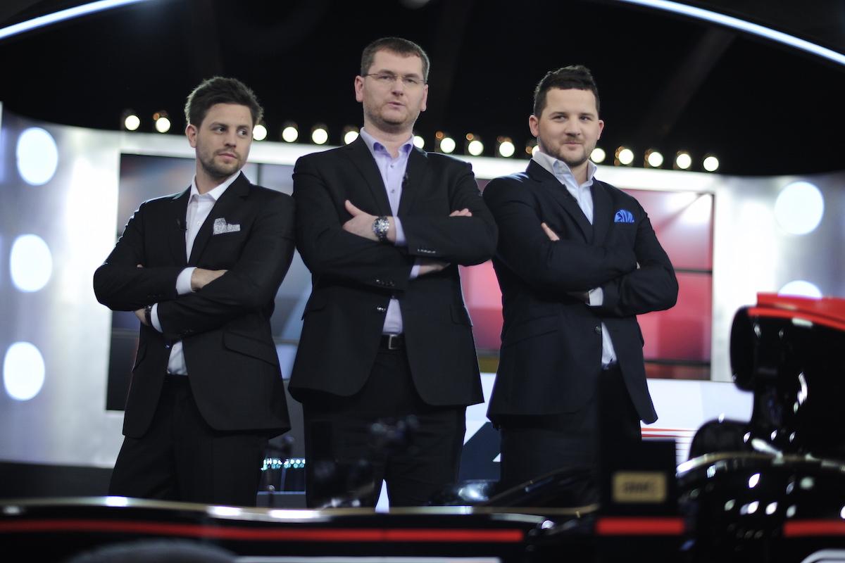 Před každou Velkou cenou se bude vysílat hodinu ze studia, kterým provede moderátor Tomáš Richtr (uprostřed) spolu s Janem Charouzem a Štefanem Rosinou. Foto: AMC