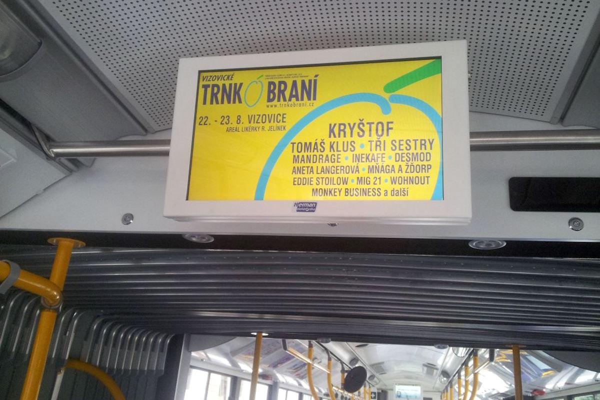 Obrazovky jsou ve vozidlech městské dopravy umístěny u stropu, pro lepší viditelnost