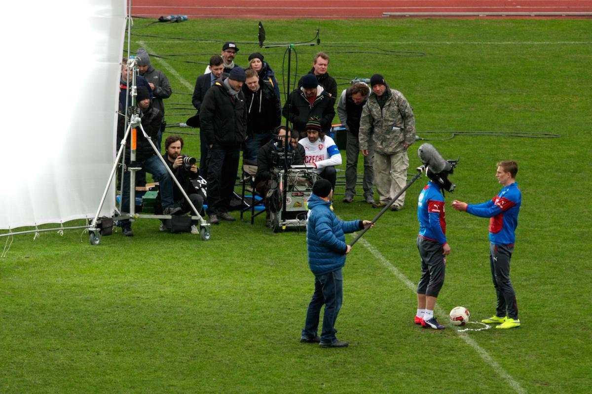 Kamery jsou kvůli natáčení reklamy umístěny na hlavách hráčů