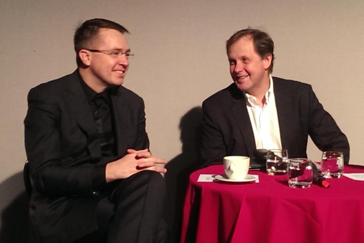 Lékař a moderátor Roman Šmucler a generální ředitel Petr Dvořák na dnešní tiskové konferenci České televize