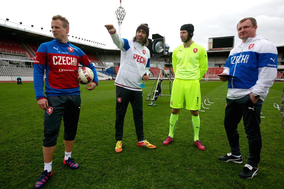 T-Mobile natáčel na Rošického stadionu: režíroval Kohák, v zeleném Čech, vpravo trenér Vrba