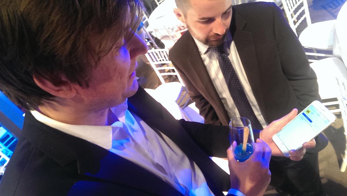 Šéfredaktor Eura Michal Půr ukazuje Tomáši Kubíkovi ze Škody Auto svůj oblíbený podcast