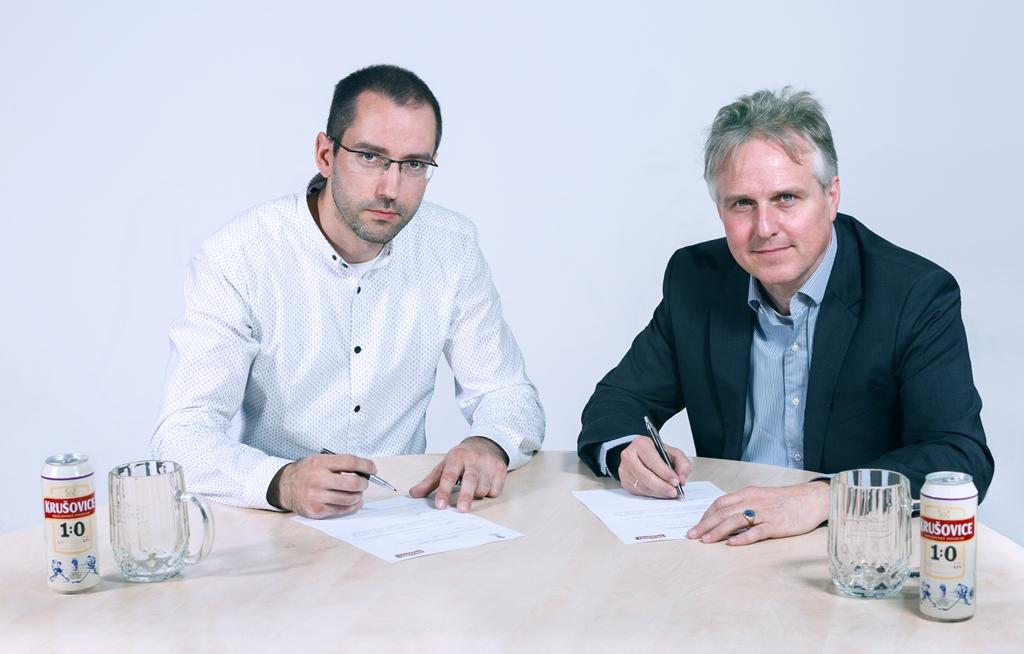 Marketingový ředitel Heinekenu v Česku Petr Havlíček (vlevo) a generální ředitel Heinekenu Erik Hamel teď za značku Krušovice podepsali spolupráci s hokejovou federací do roku 2019