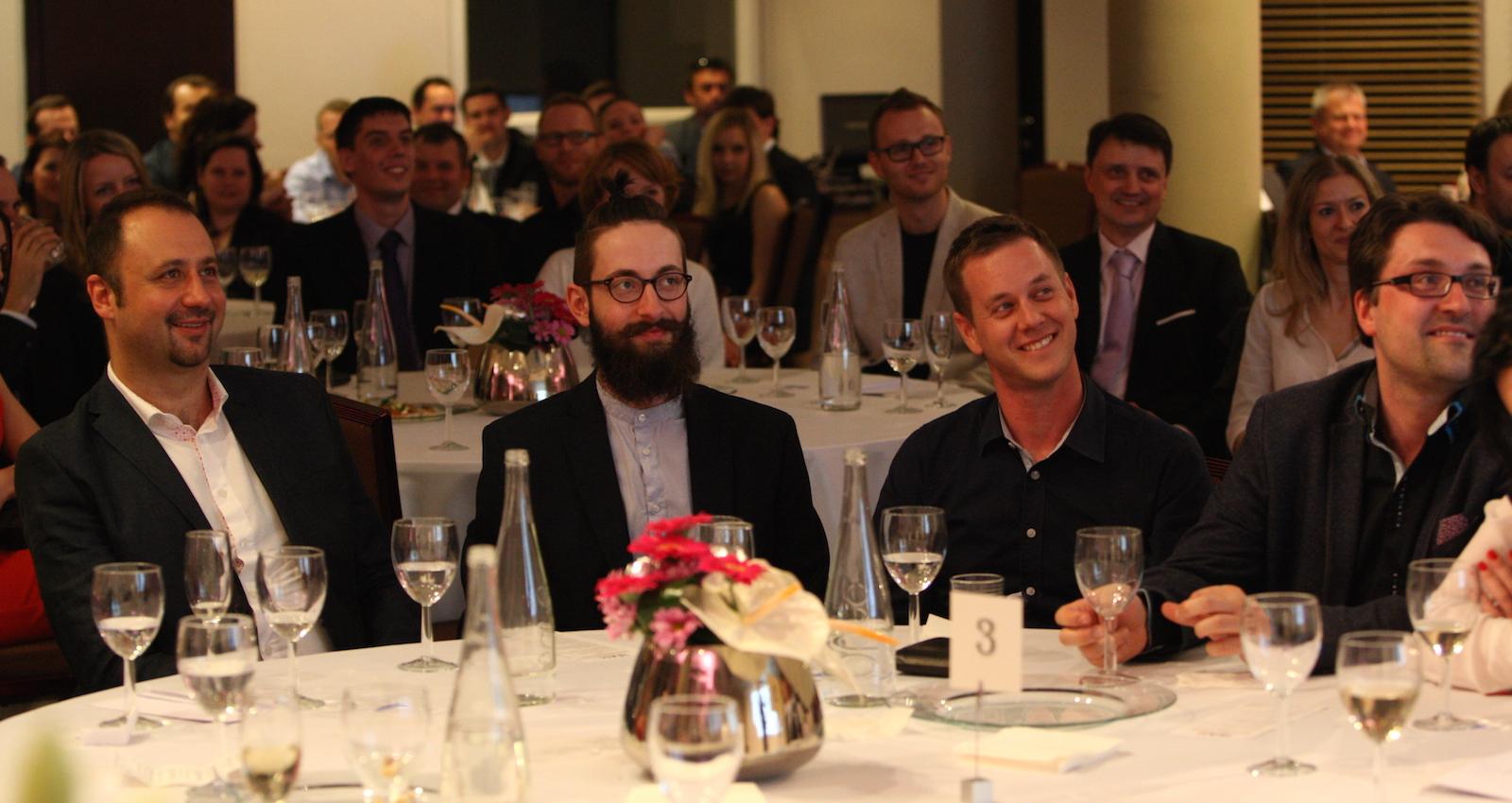 Internetové ceny se letos předávaly v hotelu Jalta. Vlevo Daniel Kafka z Fragile Media, vpravo Tomáš Jindříšek z vítězné Dark Side. Foto: Martin Borovička