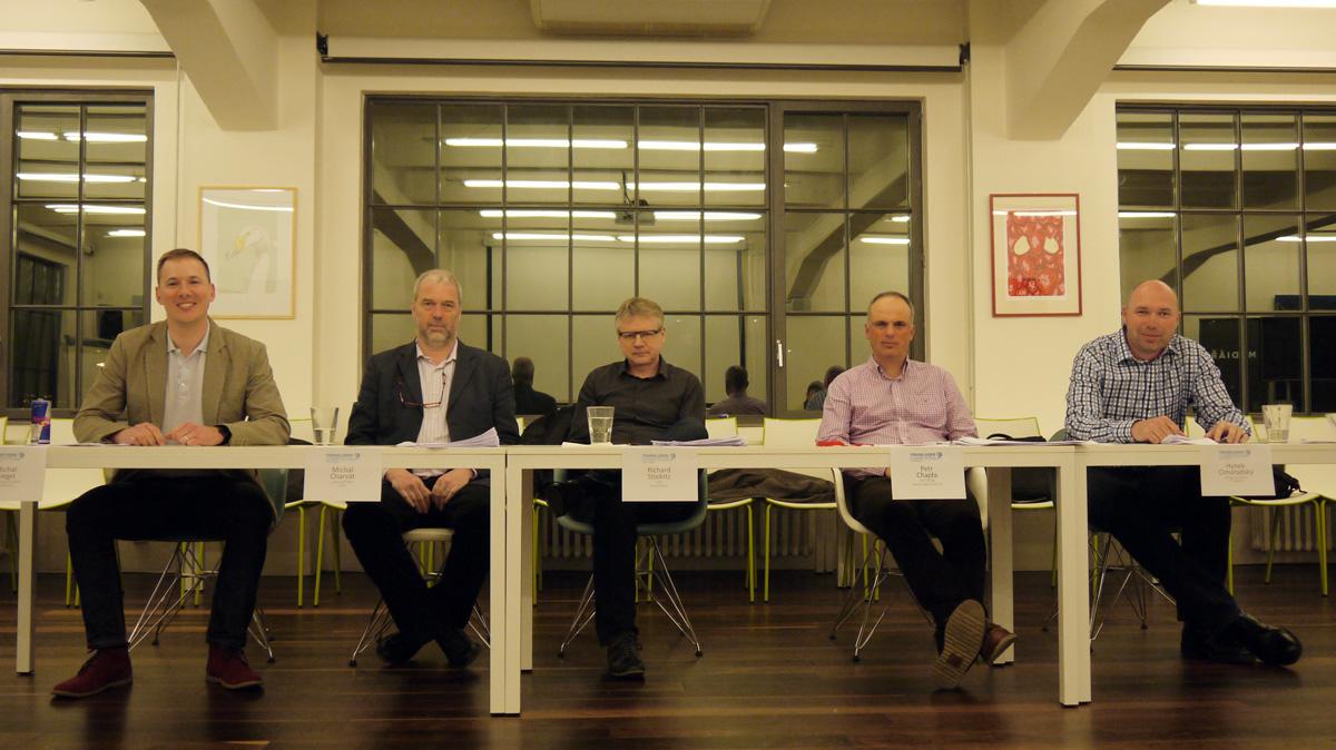 Porota kategorie Media v čele s Petrem Chajdou z Dentsu Aegis (v růžové/fialové košili). Foto: Jan Marcinek
