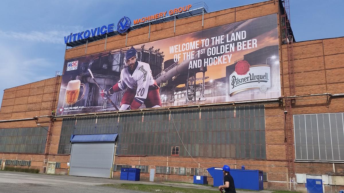Největší bigboard v historii Pilsner Urquell o velikosti 50 x 14 metrů vybízí české fanoušky k podpoře našeho národního hokejového týmu, je umístěný vOstravě