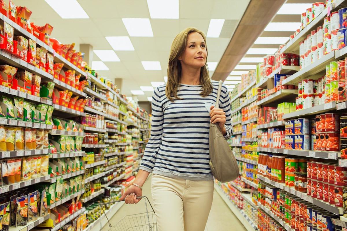 Žena nakupuje. Foto: Profimedia.cz