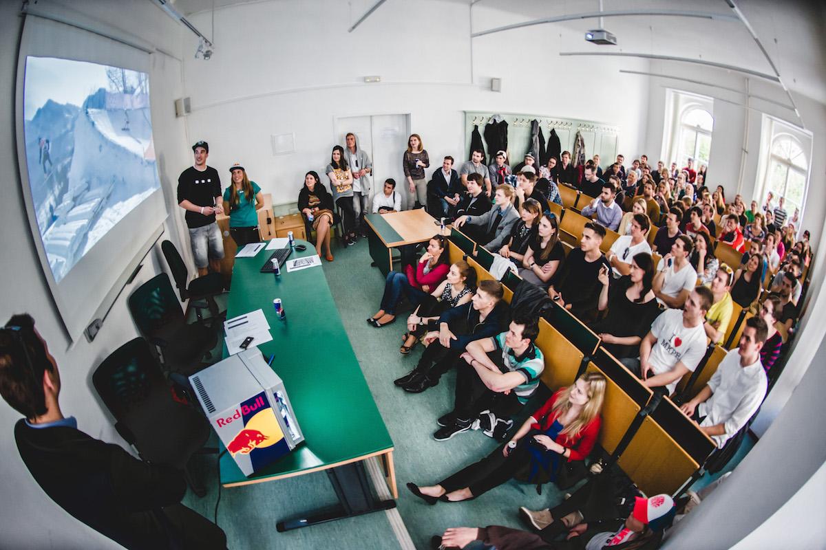 Evu Samkovou na pražské žurnalistice poslouchala plná místnost. Foto: Lukáš Wagneter