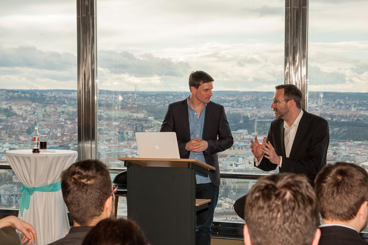 Niall Horgan, manažer Twitteru pro region EMEA, v diskusi s šéfredaktorem Médiáře Ondřejem Austem, který setkání moderoval. Foto: Martin Holcman