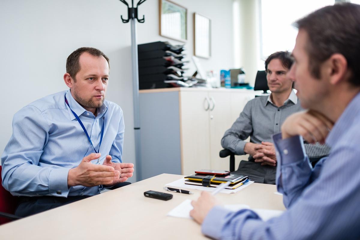 Peter Koubek (vlevo) a Jiří Mareček v rozhovoru s Jaroslavem Krupkou z Médiáře