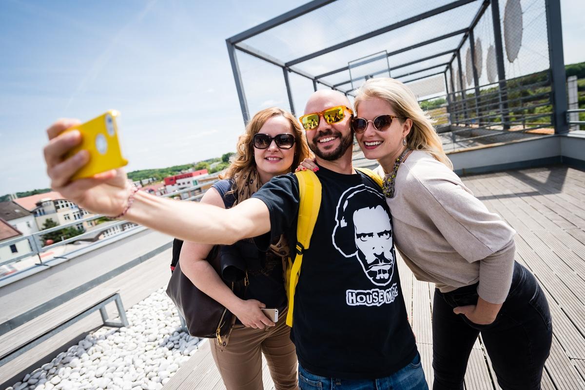 Barbora Wagnerová, Lukáš Dobrovolný a Eva Illesová využili k zobrazení se střechu našeho sídla