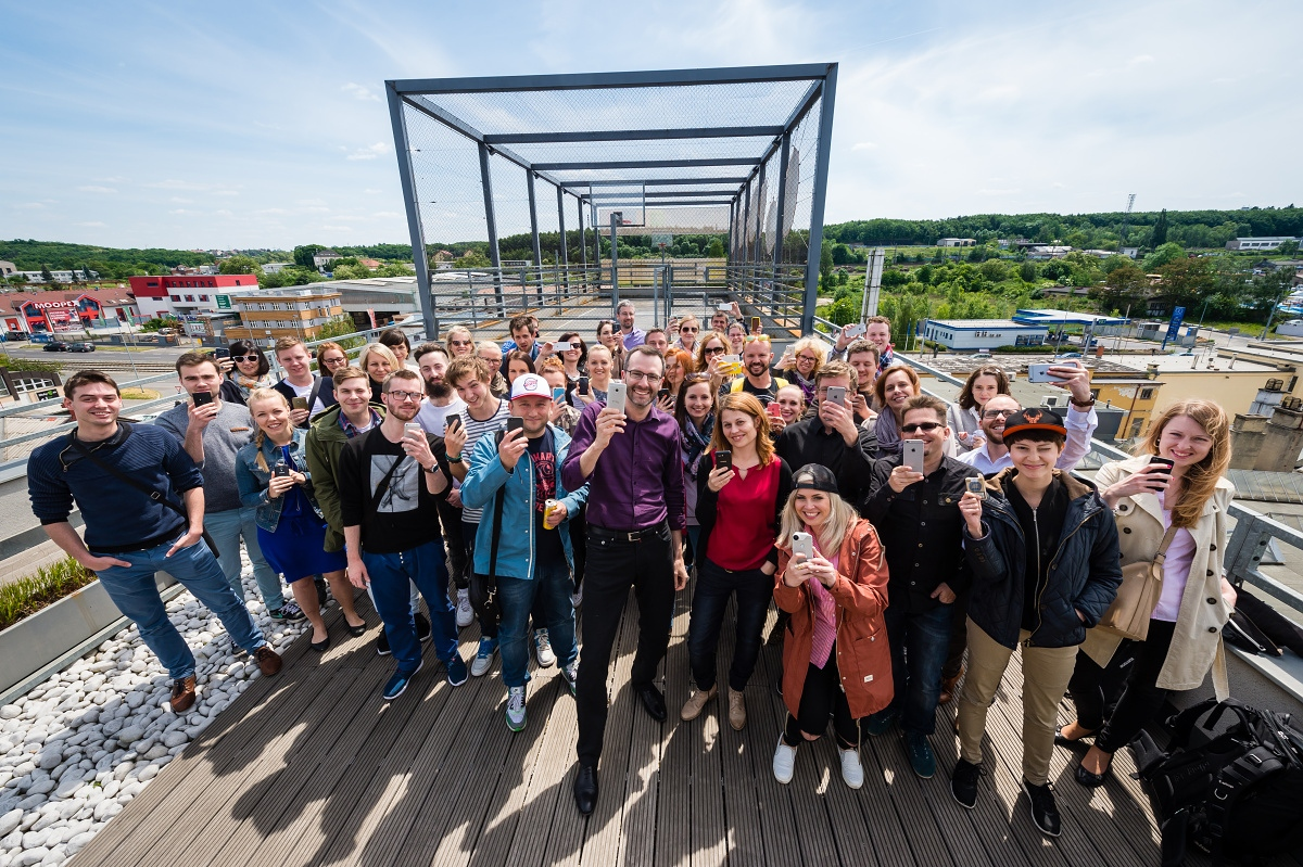 Zájemci se nechali s organizátory zvěčnit na střeše Global Centra