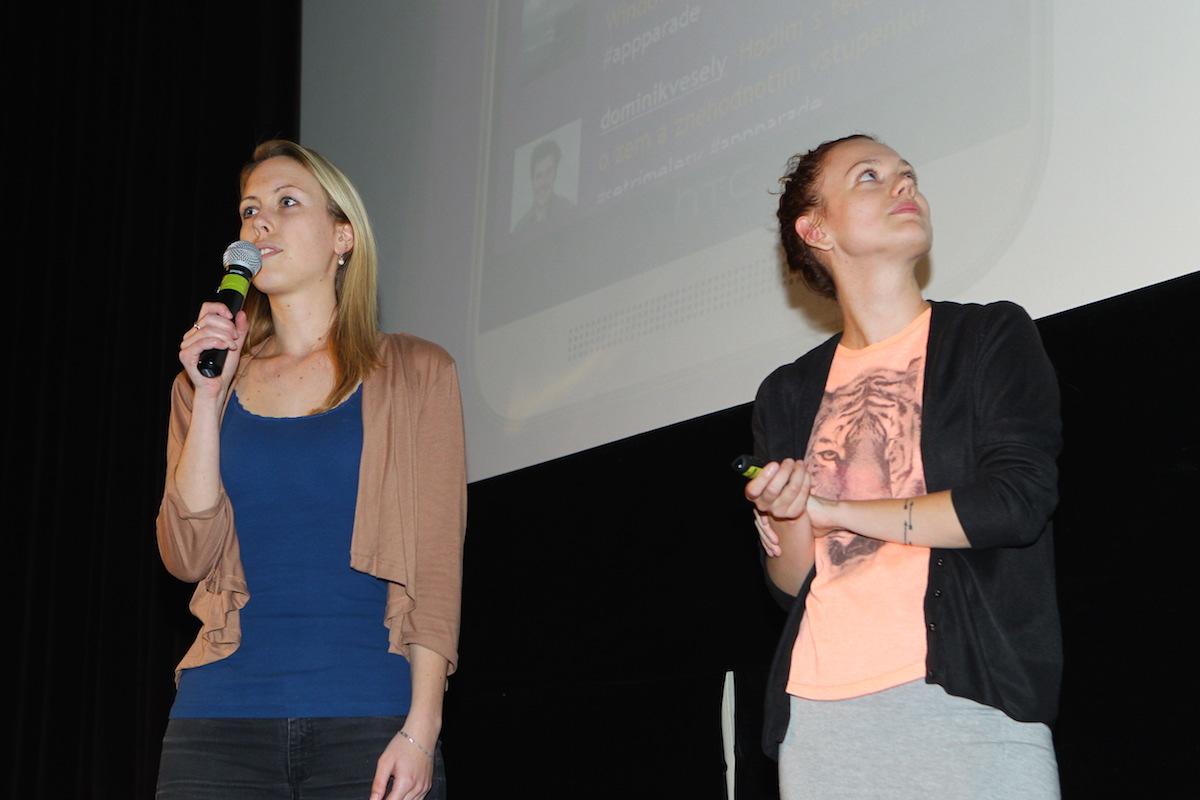 Dívčí duo Anna Březinová (vpravo) a Alena Kubová prezentovalo Resperanto