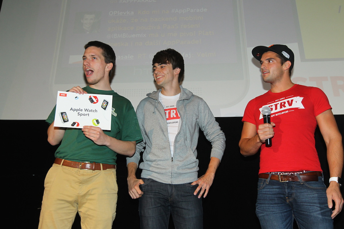 Druhá trofej pro Restu: Vojta Janoušek přebírá poukaz na Apple Watch od Strv