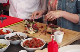 """Módní bloggeři propagují sýr Leerdammer jako """"základ šatníku"""""""