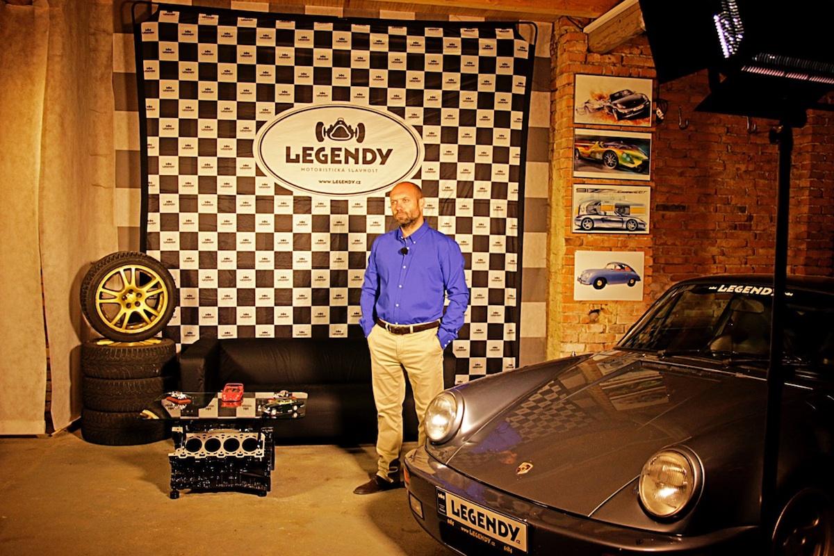 Pořadem provede motoristický novinář a příležitostný automobilový závodník Jakub Rejlek