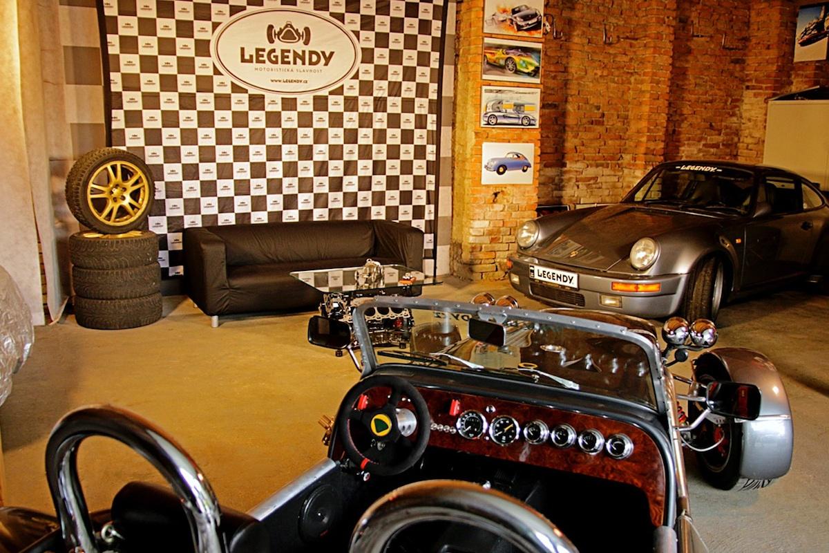 Branding televizního studia odkazuje na motoristickou show Legendy