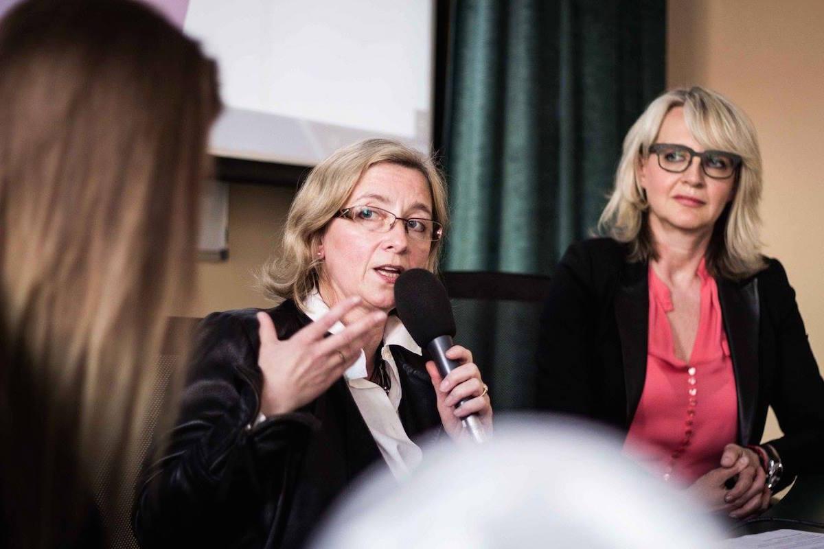 Rozpravy o českých médiích o ženách. Hovoří Jiřina Šmejkalová, vpravo Petra Fundová. Foto: Kateřina Písačková