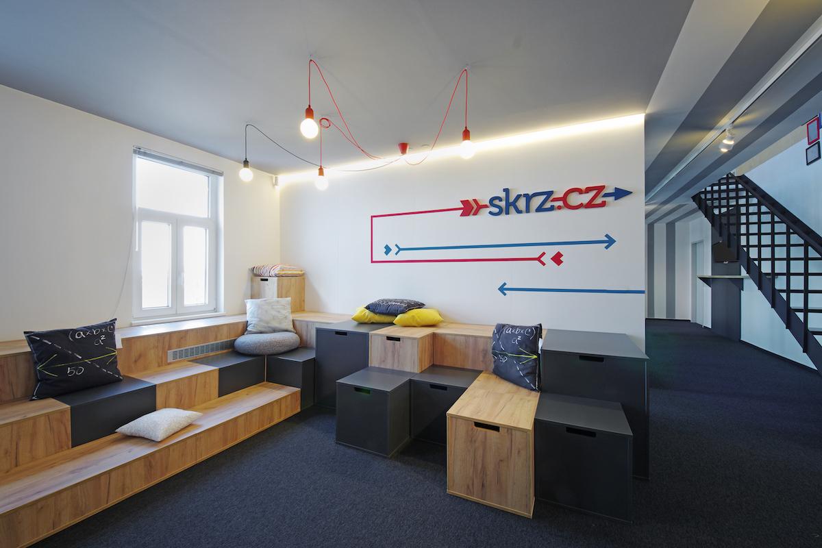 Zaměstnancům je k dispozici odpočinková zóna s kinem CineSkrz nebo kavárnou CafeSkrz