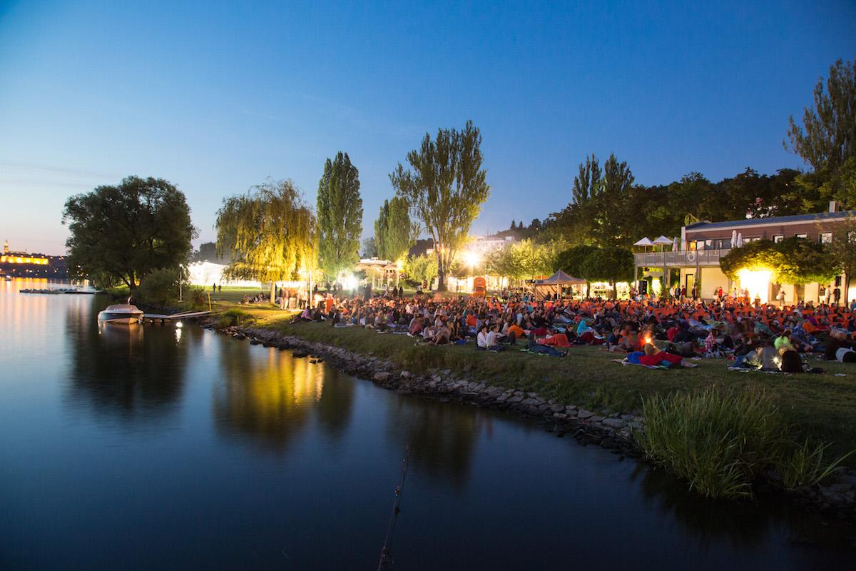 Letní kino Aperol v pražských Žlutých lázních
