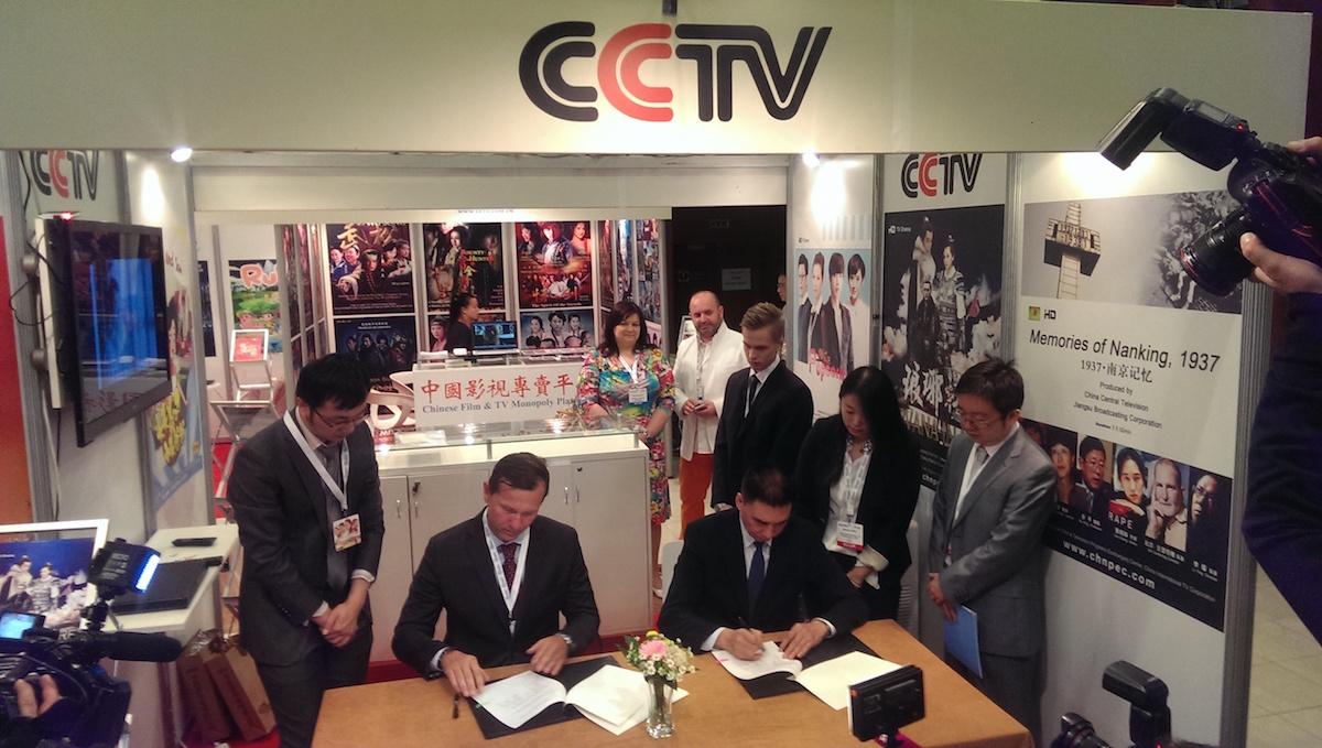 Jaromír Soukup podepisuje na veletrhu Natpe dohodu s čínskou státní televizí CCTV