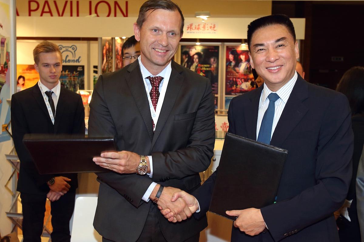 Předseda představenstva Empresa Media Jaromír Soukup a Ma Runsheng, generální ředitel Čínského centra pro výměnu rozhlasových, filmových a televizních (CHNPEC), dceřiné firmy CCTV
