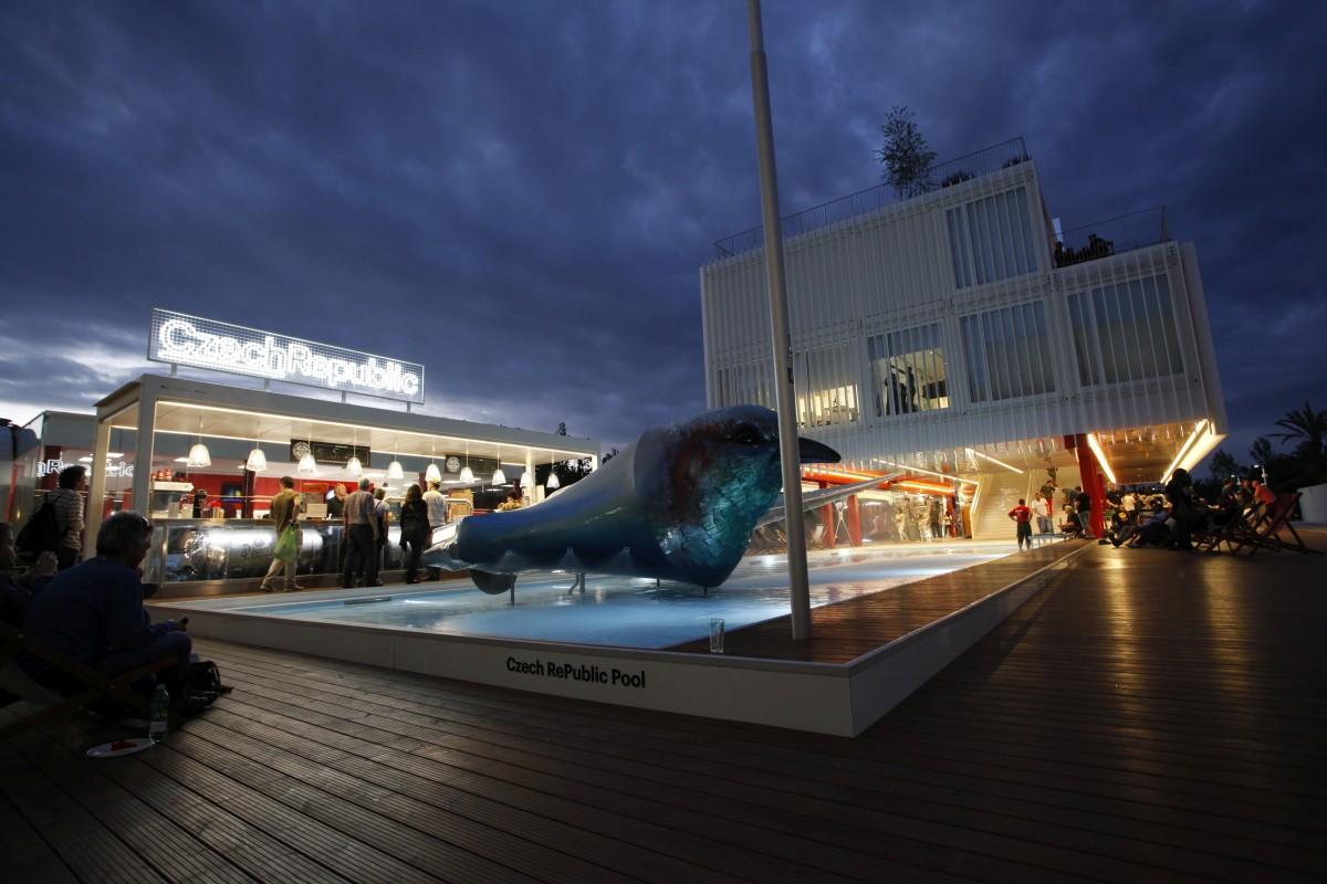 Český pavilon je postaven z modulů, zdobí jej plastika Lukáše Rittsteina