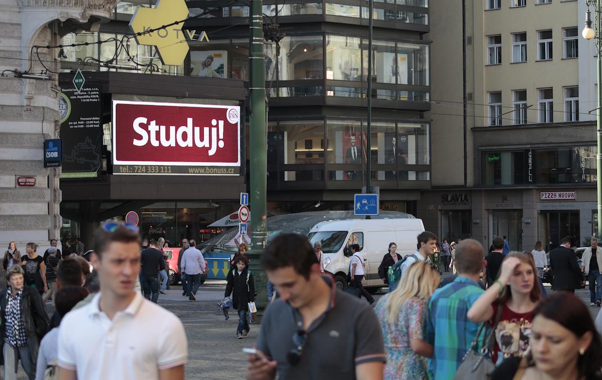 Komunikační strategie Kotvy se změnila, objekt čeká rekonstrukce. Ke konci června 2015 tak po osmi letech mizí z čelní strany obchodního domu velkoplošná obrazovka a už se nevrátí. Vlastníkem reklamní plochy je firma Bonuss-cz, jež má obrazovky i u pražských obchodních center Anděl, Kačerov a Flóra