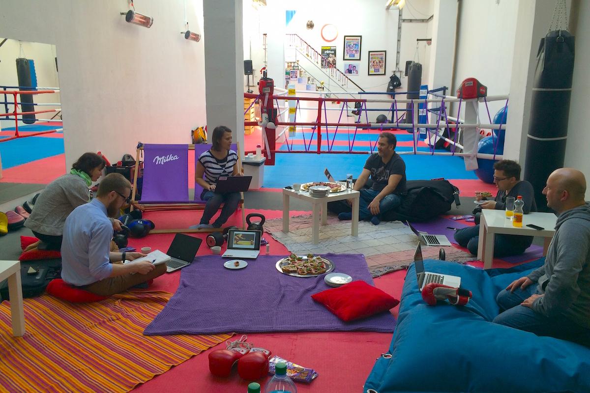 V boxérně Mudroch Team v bývalé Škodově továrně na pražském Smíchově. Vpravo Tomáš Votruba z TL5 Digital, v tureckém sedu Daniel Farkaš z Outbreaku