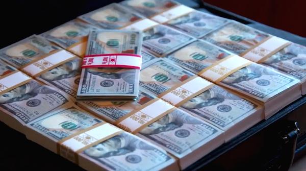 V americké show The Briefcase dostanou rodiny kufřík s penězi a mají se rozhodnout, zda si je nechají, nebo jimi obdarují jinou rodinu